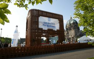 Der größte Mineralwasserkasten der Welt in Berlin